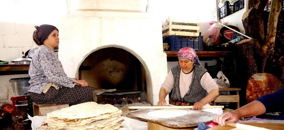 Sarıgöl'de ramazan yufkalarının yapımına başlandı