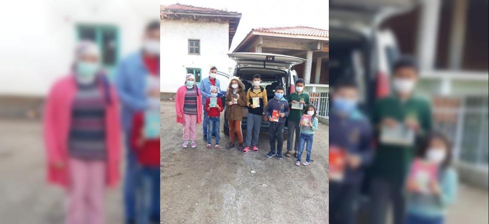 Selendi'de gezici kütüphaneyle kitaplar öğrencilerin ayağına gidiyor