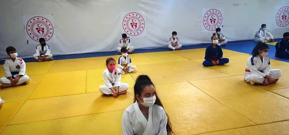 Yunusemre Belediyespor'da judo sporcuları kuşak sınavı heyecanı yaşadı