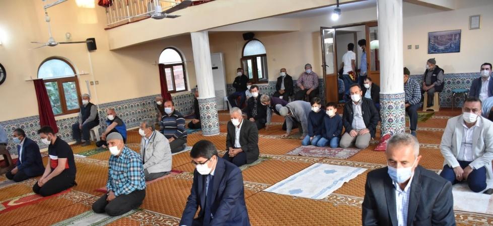 Başkan Çelik Bayram Namazını Çınarlıkuyu'da kıldı