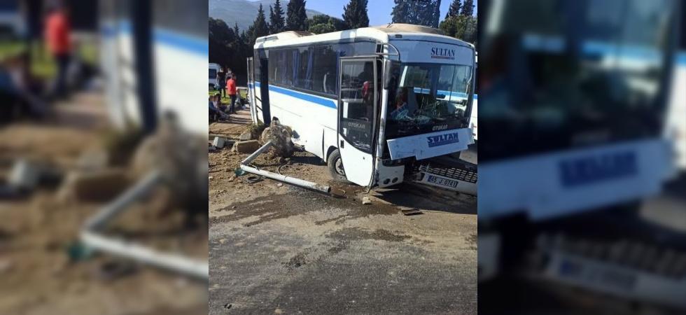 Manisa'da otomobil ile işçi servisi çarpıştı: 3 yaralı
