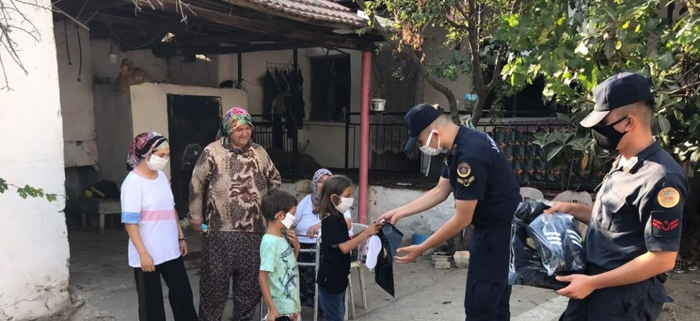 Ahmetli jandarmadan 45 çocuğa bayramlık
