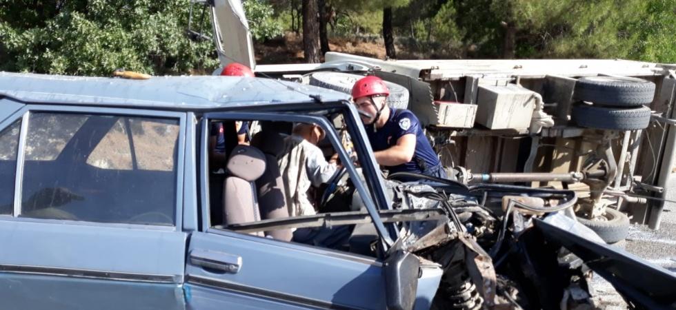 Süt kamyonu ve otomobil çarpıştı: 2 yaralı