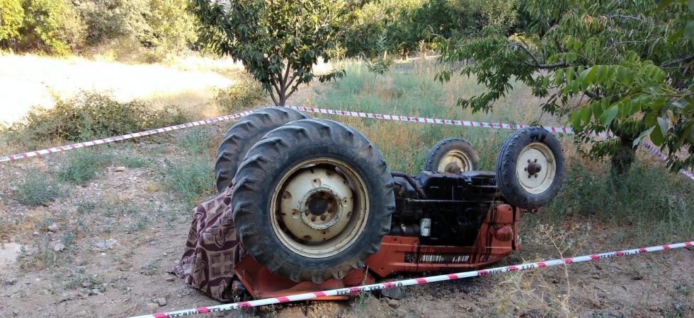 Takla atan traktörün altında kalan çiftçi hayatını kaybetti