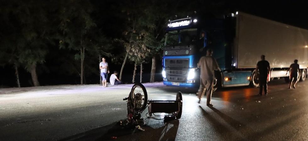 Tır motosiklete çarptı: 2 ağır yaralı