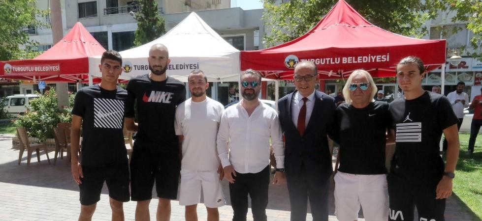 Turgutlusporlu futbolcular aşure dağıttı
