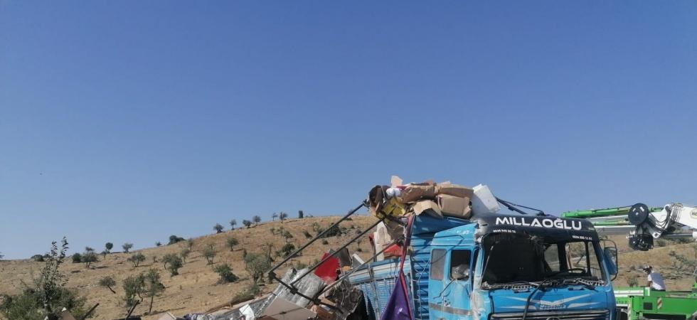 Yan yatan kamyonda 7 kişi yaralandı
