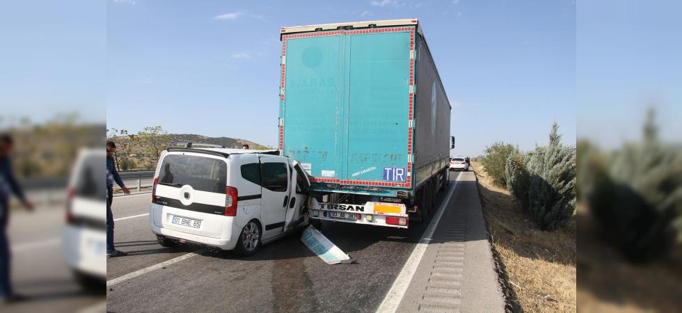 Hafif ticari otomobil tıra arkadan çarptı: 4 yaralı