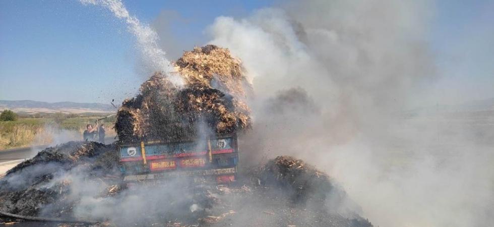 Manisa'da saman yüklü tır alev alev yandı