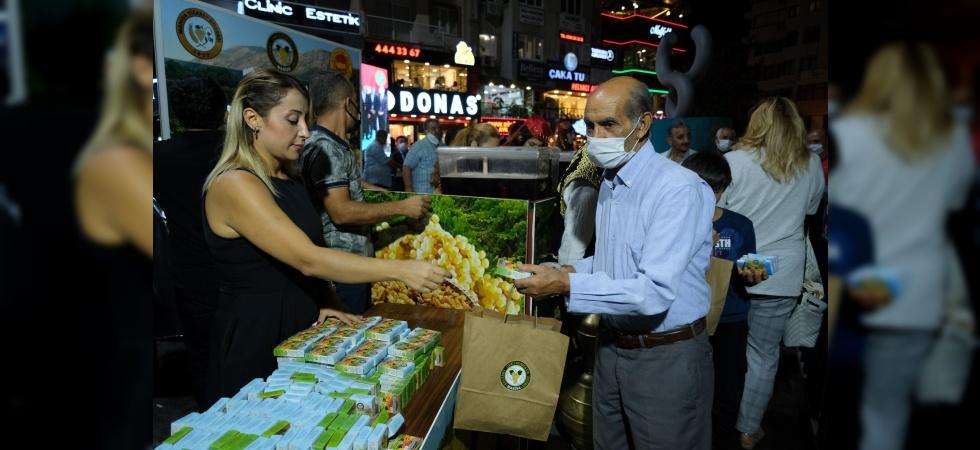 Ticaret Borsası'ndan Manisalılara üzüm ve şıra ikramı