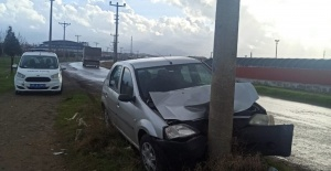 Kaygan zeminde kontrolden çıkan araç direğe çarptı