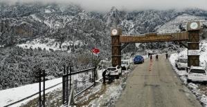 Kısıtlamada kar için Spil'e çıkmak isteyenler jandarmaya takıldı