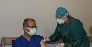 Manisa'da sağlık çalışanlarının aşılaması pazartesi gününe kadar tamamlanacak