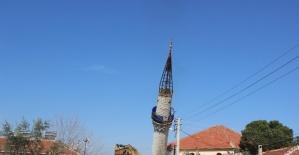 Yıldırım düşmesi ile hasar gören minare yıkıldı