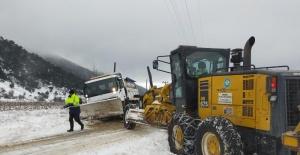 Şarampole düşen İzmir'in kar küreme aracını Manisa ekipleri kurtardı