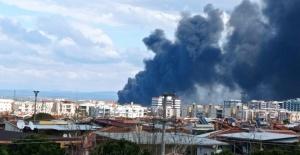 Manisa'da çıkan yangında, yükselen dumanlar şehri kapladı
