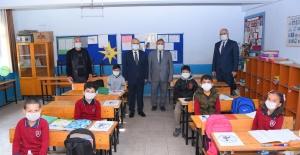 Salihlide 27 bin öğrenciye maske...