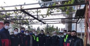 İhbar İçin gelen polise pasta ve çiçekli karşılama
