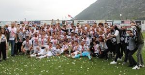 Manisa FK şampiyonluk kupasını kaldırdı
