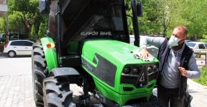 Arkadaşlarına kızdı, otomobilini bırakıp traktör aldı