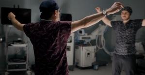 19 Mayıs coşkusunu ameliyathanede zeybek oynayarak yaşadı
