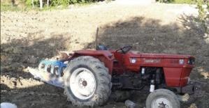 Devrilen traktörün altında sıkışan sürücüyü itfaiye kurtardı