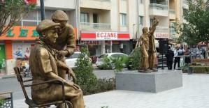 Covid nedeniyle ölümden dönen başkan ilçesine 'Sağlıkçı Anıtı' yaptırdı