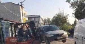 Otomobilin yolu kapatmasına kızdı, forkliftle kaldırıp kenara bıraktı