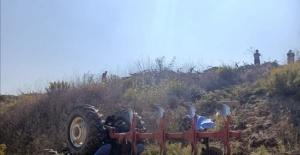 Tarlasını sürerken devrilen traktörünün altında can verdi