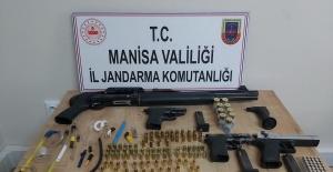 Uyuşturucu ve ruhsatsız silahlarla yakalandılar