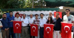 AK Parti'li gençler emanet aldıkları Türk bayraklarıyla uğurlandılar