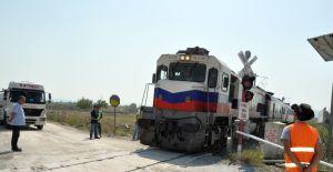 Kamyonun çarptığı elektrik direği tren raylarına devrildi
