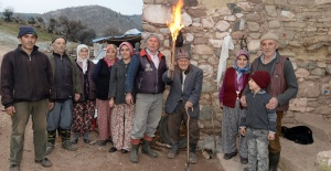 Manisa'da Bu Mahallede 100 Yıldır Elektrik Yok