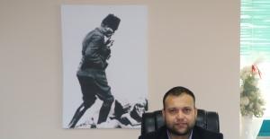 Çöpe bırakılan Atatürk portresini makam odasına astı