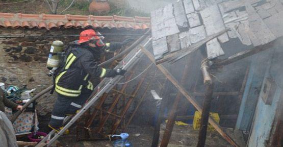 Yangın İki Katlı Ahşap Evi Küle Döndürdü